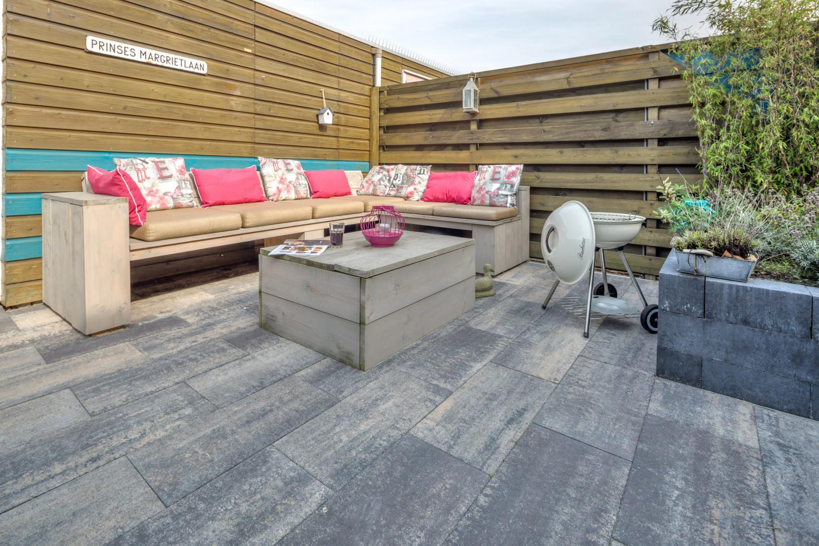 Maak met betontegels een kunstwerk van je tuin